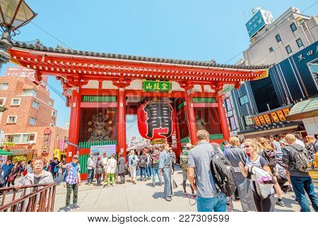 Tokyo, Japan - April 19, 2017: Crowd Of Tourists To Kaminarimon Gate Of Senso-ji Temple In Asakusa A