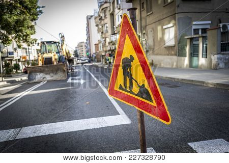 A Sign Of The Road That Shows That The Road Is In Repair And Workers Are Working On Th E Street. The