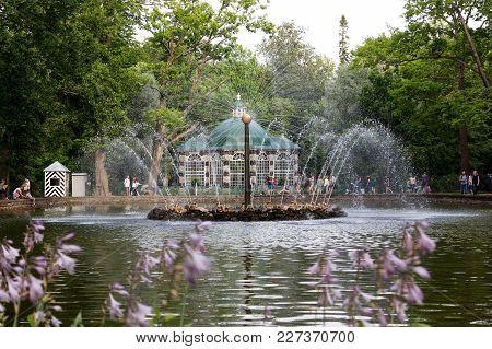 Saint-petersburg, Russia - 08.22.2017 Summer Cityscape Of Fountains In Peterhof, Saint-petersburg At