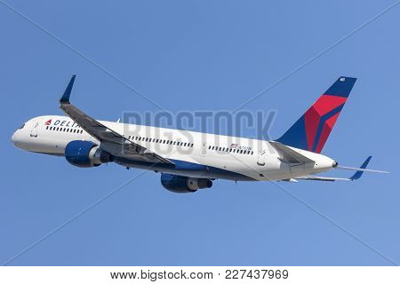 Los Angeles, California, Usa - March 10, 2010: Delta Airlines Boeing 757 Taking Off From Los Angeles