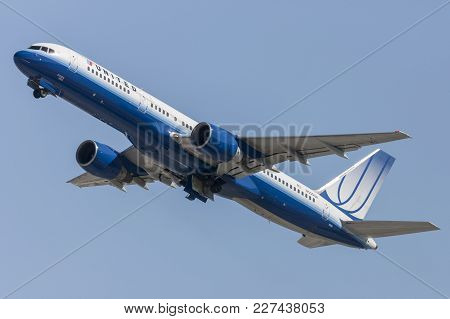 Los Angeles, California, Usa - March 10, 2010: United Airlines Boeing 757 Departing Los Angeles Inte