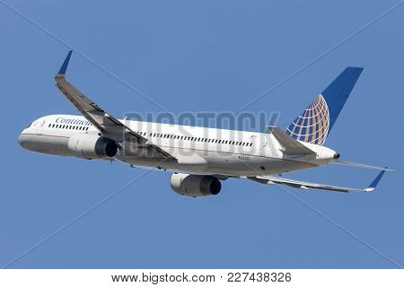 Los Angeles, California, Usa - March 10, 2010: Continental Airlines Boeing 757 Airplane Takes Off Fr