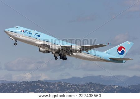 Los Angeles, California, Usa - March 10, 2010: Korean Air Boeing 747 Jumbo Jet Taking Off From Los A
