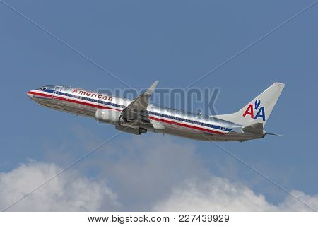 Los Angeles, California, Usa - March 10, 2010: American Airlines Boeing 737 Taking Off From Los Ange