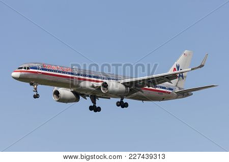 Los Angeles, California, Usa - March 10, 2010: American Airlines Boeing 757 Aircraft On Approach To