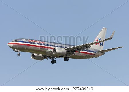 Los Angeles, California, Usa - March 10, 2010: American Airlines Boeing 737 Airplane On Approach To