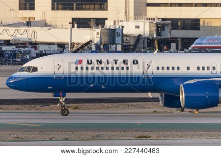 Los Angeles, California, Usa - March 10, 2010: United Airlines Boeing 757 At Los Angeles Internation