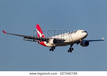 Melbourne, Australia - September 25, 2011: Qantas Airbus A330-202 Vh-ebo On Approach To Land At Melb