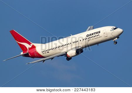 Melbourne, Australia - September 28, 2011: Qantas Boeing 737-476 Vh-tjf Turning On Approach To Melbo