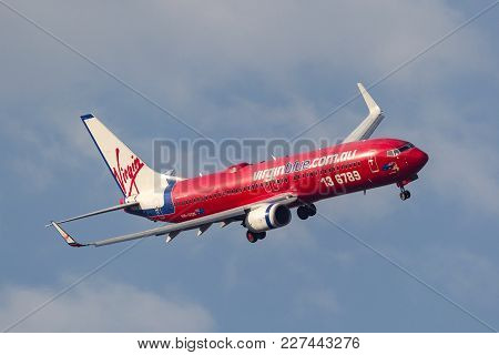 Melbourne, Australia - September 24, 2011: Virgin Blue Airlines Boeing 737-8fe Vh-von On Approach To