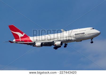 Melbourne, Australia - September 28, 2011: Qantas Boeing 747-438/er Vh-oeh Turning To Land At Melbou