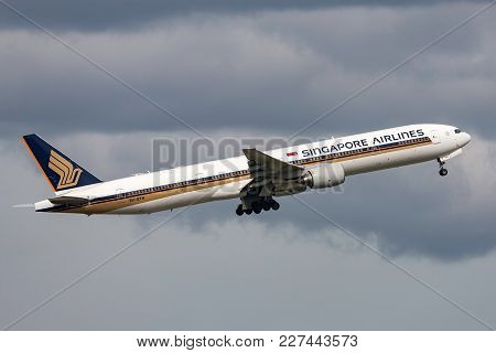 Melbourne, Australia - November 10, 2011: Singapore Airlines Boeing 777-312 9v-syh Departing Melbour