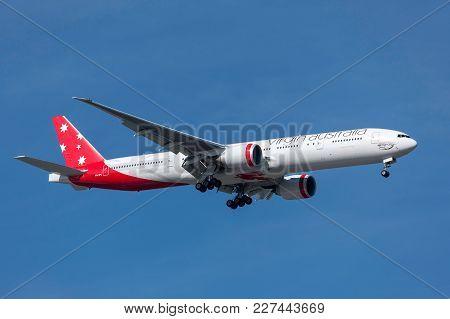 Melbourne, Australia - November 17, 2011: Virgin Australia Airlines Boeing 777-3zg/er Vh-vpe On Appr