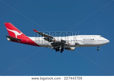 Melbourne, Australia - September 28, 2011: Qantas Boeing 747-438/er Vh-oeh On Approach To Land At Me
