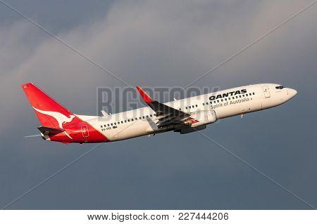 Melbourne, Australia - September 25, 2011: Qantas Boeing 737-838 Vh-vxe Departing Melbourne Internat
