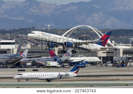 Los Angeles, California, Usa - March 10, 2010: Delta Air Lines Boeing 757 Taking Off From Los Angele