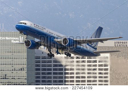 Los Angeles, California, Usa - March 10, 2010: United Airlines Boeing 757 Aircraft Taking Off From L