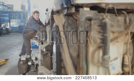 Automotive Car Repair - Worker Is Moving Vehicle For Wheel's Collapse Of Convergence