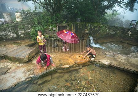 Lao Cai, Vietnam - Sep 7, 2017: Ethnic Minority Children Playing At Small Spring In Y Ty, Bat Xat Di