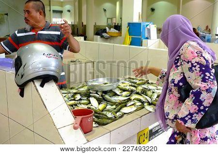 Labuan,malaysia-feb 20,2018:malaysian Muslim Women In Hijab Buy Fresh Fish For Cooking At A Seafood