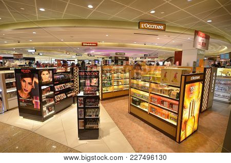 Singapore-jan 08, 2018: Customers Shop For Cosmetics In Changi Airport Singapore. Singapore Airport