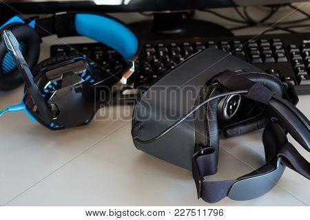 Computer Game Set: Virtual Reality Glasses, Computer Mouse, Keyboard, Monitor