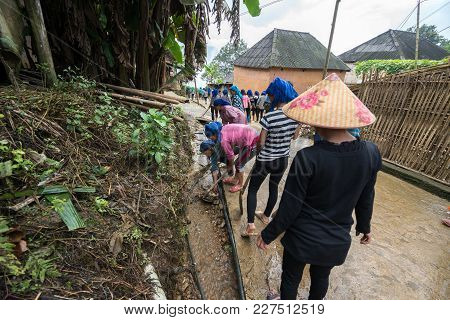 Lao Cai, Vietnam - Aug 30, 2017: Volunteers - The Farmers Cleaning Village Road On A Regular Social