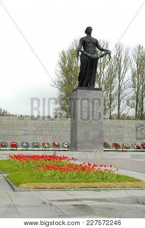 Saint-petersburg, Russia - May 16, 2006: View Of Monument Mother Homeland. Piskarevskoe Memorial Cem
