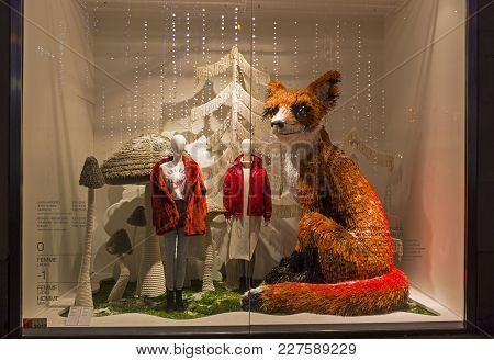 Paris, France - December 12, 2017:  A Large Toy Fox In The Window Of An Expensive Parisian Departmen