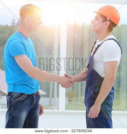 handshake between customer and foreman