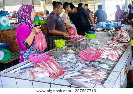 Kudat,sabah,malaysia-feb 3,2018:people Buy And Sell Fresh Seafood On The Market In The Kudat,sabah,m