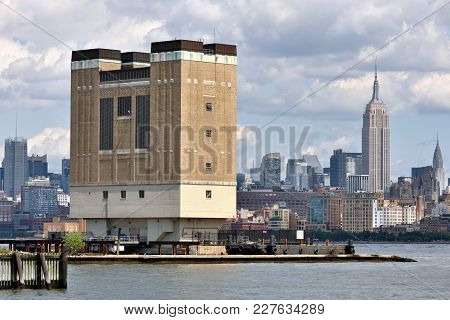 New York City, Usa - Aug. 25: Manhattan Skyline And Holland Tunnel Ventilation Building On August 25