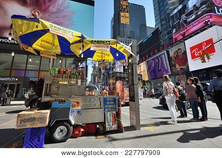 New York City, Usa - Aug. 24: Street Food Cart In Manhattan On August 24, 2017 In New York City, Ny.
