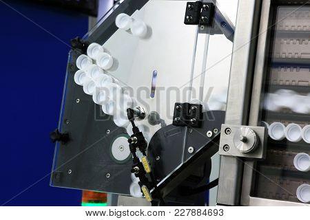Automatic Bottle Cap Feeding Machine To Water Filling Machine