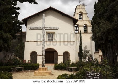 San Benito County, Usa-june 12, 2017: Tourists Visiting The Mission San Juan Bautista Of The Royal R