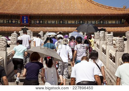 Beijing, China-august 5, 2010: Despite The Strong Heat In Beijing In August, Thousands Of Tourists V