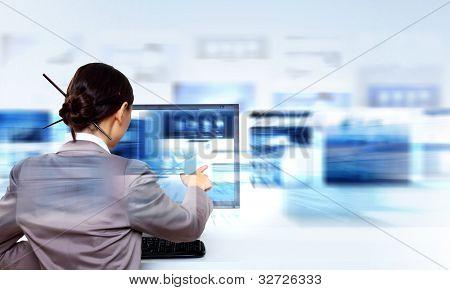 Arbeiten mit virtuellen digitalen Bildschirmen geschäftsfrau