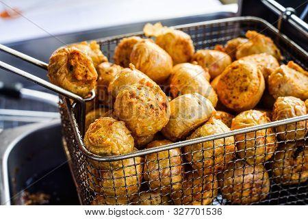 Hoi Jo Deep Fried Crab Meat Roll Dim Sum, Deep Fried Crab Meat Roll Thai People Call Hoi Jo.