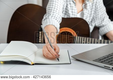 Online Musical Guitar E Education. Online Training Classes For Playing Guitar At Home. Musician Prac