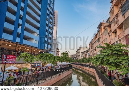 Bangkok-thailand: 11 Nov 2020:unacquainted People Come To Visit  Khlong Ong Ang Canal Walking Street