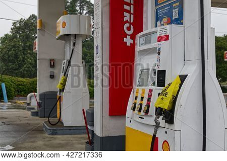 Augusta, Ga Usa 05 12 21: Shell Gas Station Out Of Gas  Yellow Bags On Pumps Colonial Pipeline Hack