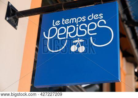 Toulouse , Occitanie France  - 06 25 2021 : Le Temps Des Cerises Logo Text Sign Brand Of French Clot