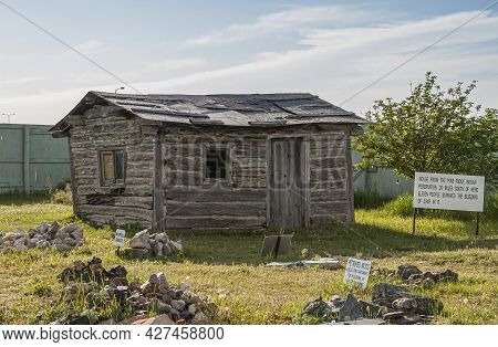Badlands National Park, Sd, Usa - June 1, 2008: Gray Wooden Cabin, House, Taken From Pine Ridge Indi