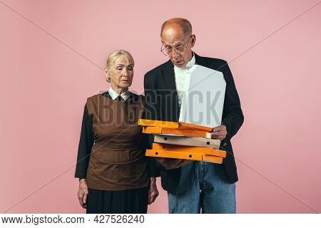 Serious Elderly Man And Woman In Retro Vintage Farmer Outfits Isolated On Pink Studio Background. Re
