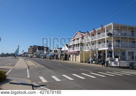 Hampton, Nh, Usa - Sep. 27, 2019: Hillcrest Inn At The Corner Of Ocean Boulevard And H Street In Ham