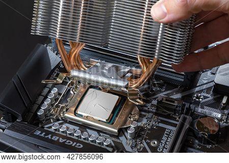 Air Cooler Cpu. A Technician Installs An Aluminum Air-cooled Heatsink On A Desktop Pc Intel Cpu. Pc