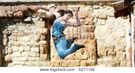 Springen Mädchen in Aktion über Grunge hintergrund