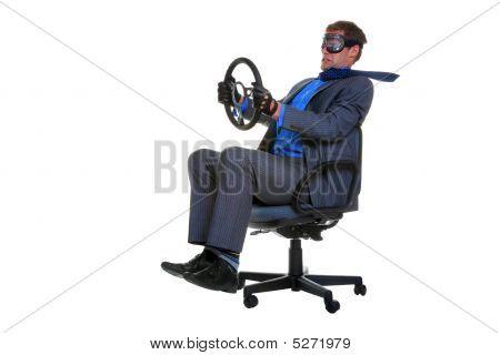 Kaufmann einen Bürostuhl fahren