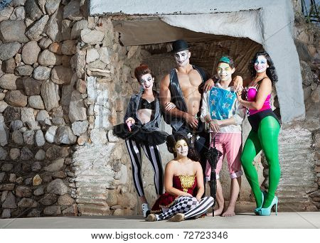 Smiling Cirque Troupe