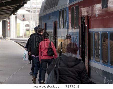 einen Zug einsteigen